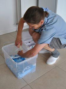 Vernevelbakje klaarmaken, het reservoir vullen met een mengsel van antibiotica, slijmoplosser en hypertoon zout.